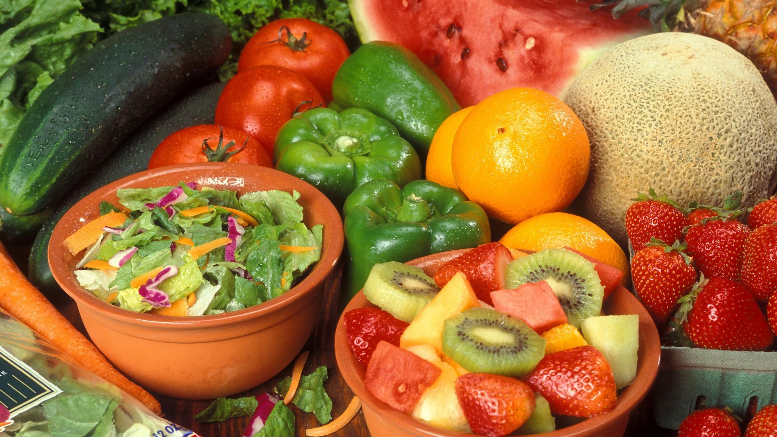 Fresh_cut_fruits_and_vegetables_144500