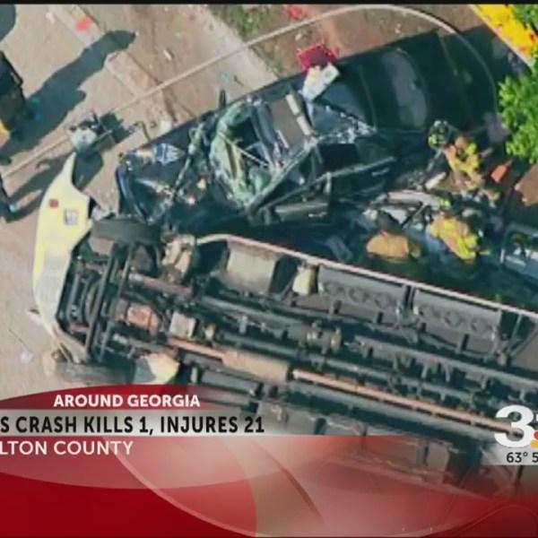 Bus crash kills 1, injures 21_253360