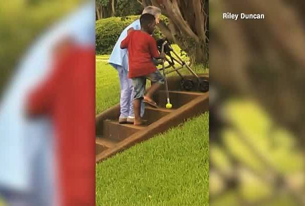 Boy_helps_elderly_woman_up_stairs_0_20180531121048