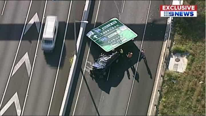 Sign_falls_on_car_on_freeway_0_20190110132954