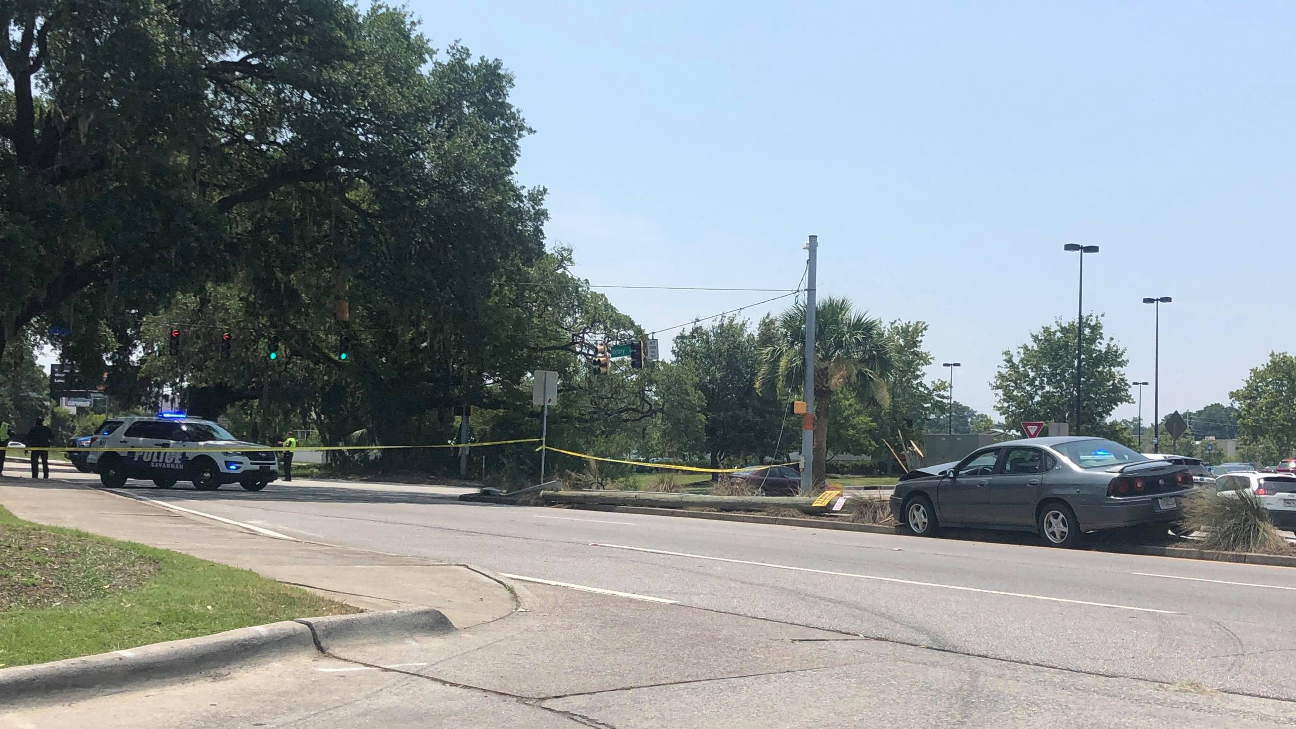 Car crash into power pole closes portion of Victory Drive